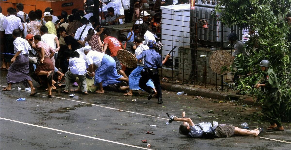 Un photographe japonais blessé, Kenji Nagai, a été exposé devant un soldat birman hier à Yangon, au Myanmar, alors que les troupes attaquaient des manifestants. M. Nagai est mort plus tard.